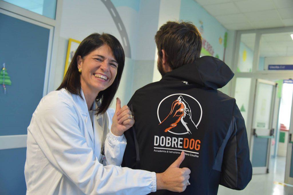 Laura Bonacchi, Caposala di Pediatria all'Ospedale Santa Chiara di Pisa durante un intervento Pet Therapy - IAA del centro cinofilo Dobredog