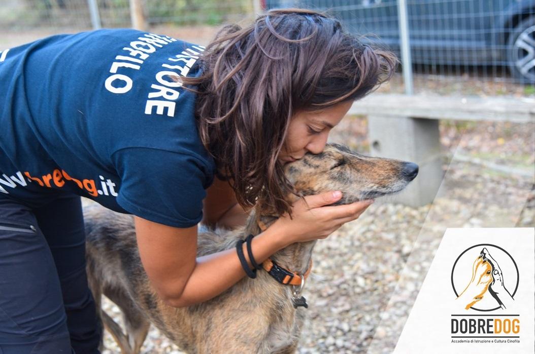 Educatrice Cinofila del Centro CInofilo Dobredog che bacia il proprio cane, un levriero