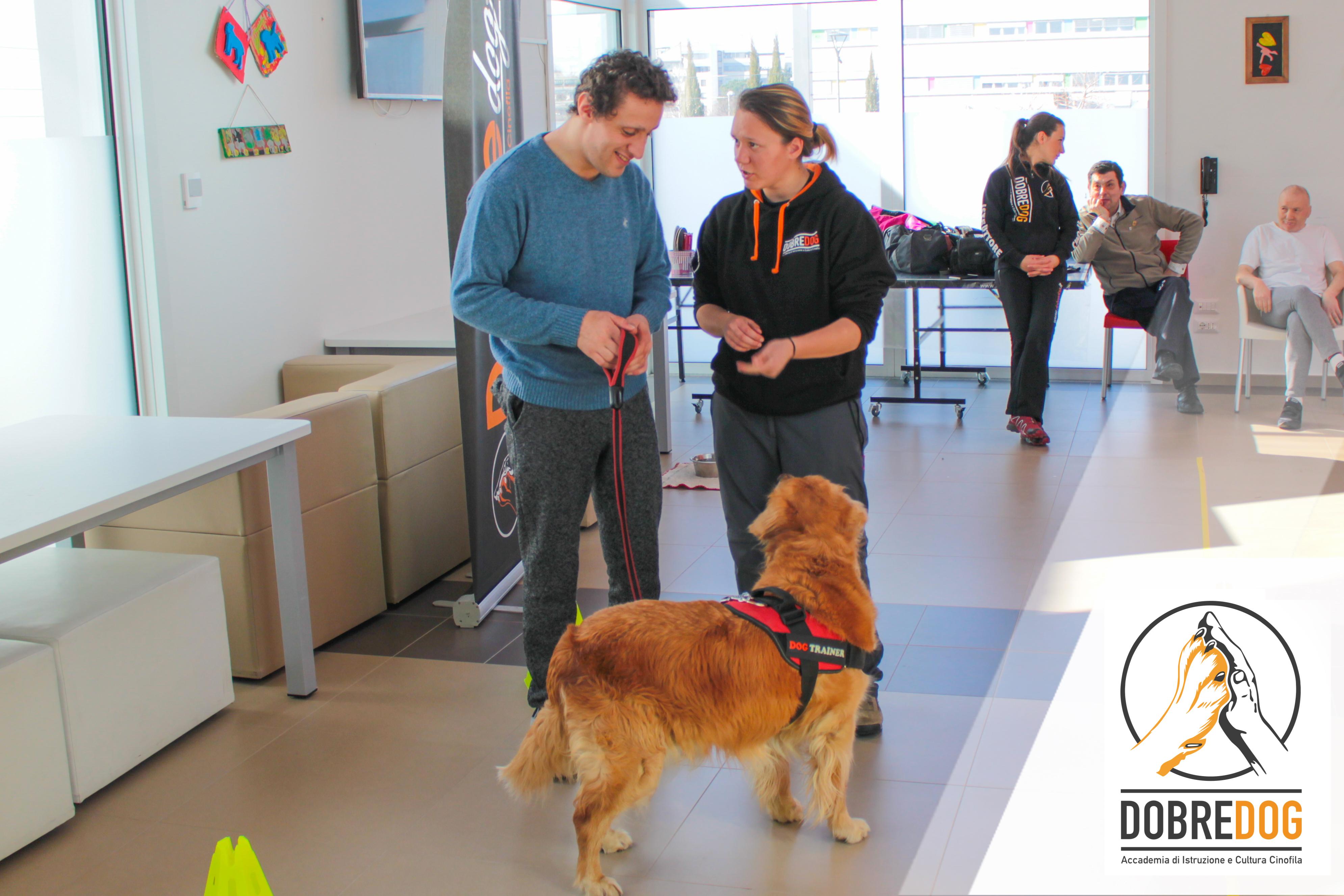 Persone e cani in movimento. Progetto Pet Therapy le vele