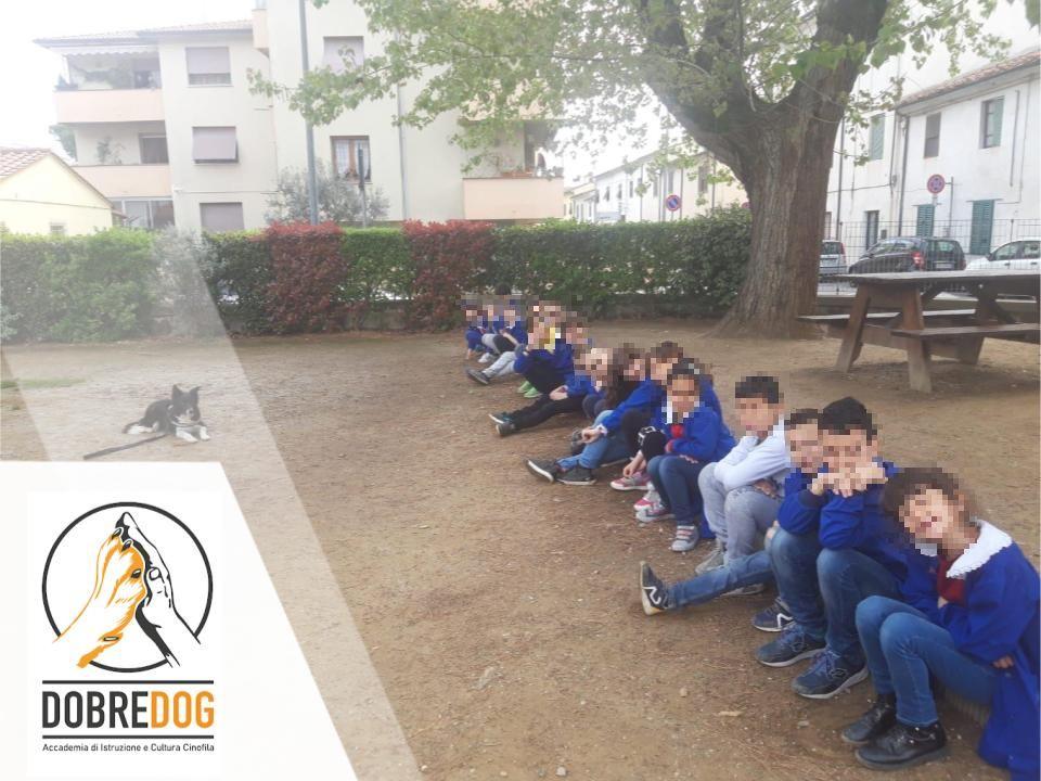 Gruppo di alunni di una scuola elementare in occasione del Progetto Pet Therapy - IAA Interventi assistiti per gli animali del centro cinofilo Dobredog